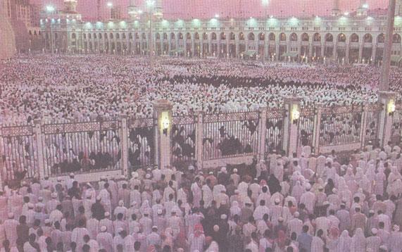 Толпа паломников в Мекке, собравшаяся для молитвы в период ежегодного хаджа